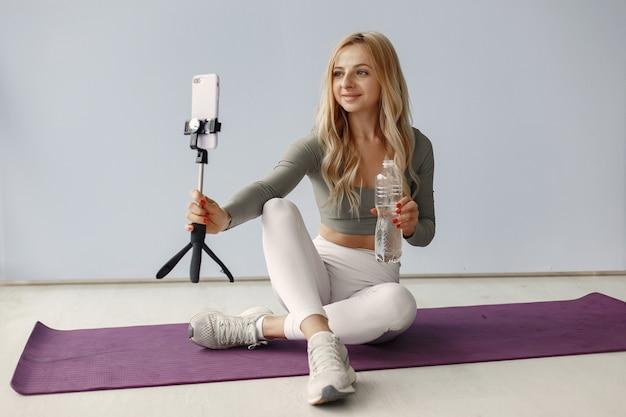 Dziewczyna w domu. kobieta robi jogę. pani nakręciła blog wideo.