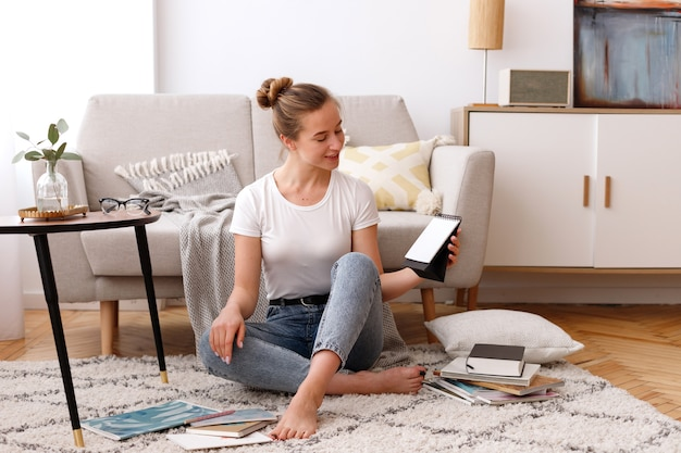 Dziewczyna w domu w pobliżu sofy z czasopismami