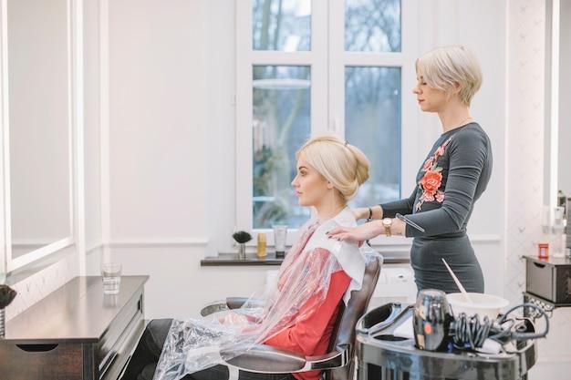 Dziewczyna w fotelu profesjonalnego fryzjera
