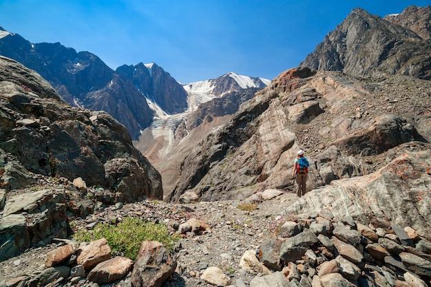 Dziewczyna w górach ałtaju. droga na lodowiec bolshoy aktru. zdjęcie wysokiej jakości