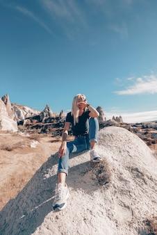 Dziewczyna w górach pustyni