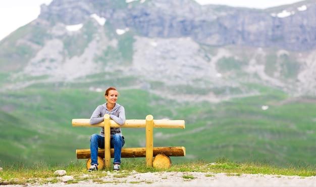 Dziewczyna w górskich i zielonych krajobrazach czarnogóry