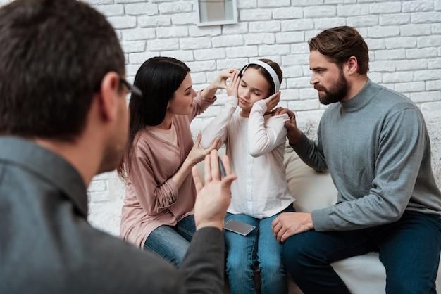 Dziewczyna w hełmofonach słucha muzykę ignoruje rodziców
