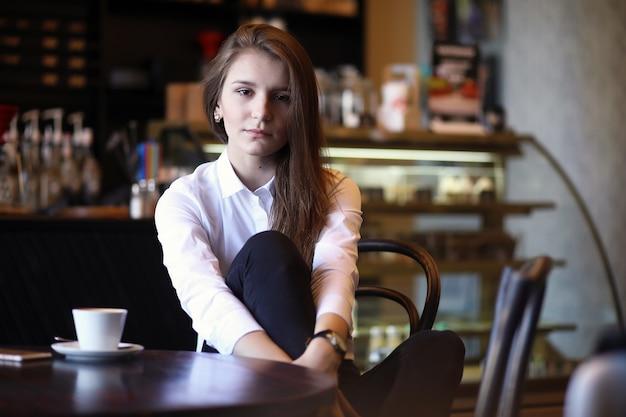 Dziewczyna w kawiarni je śniadanie w paryżu