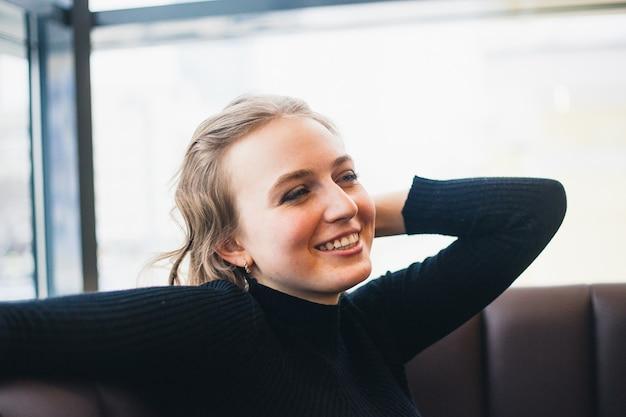 Dziewczyna w kawiarni, studentka lub kierownik, spotkanie z przyjaciółmi w kawiarni, kawa i przerwa na kawę
