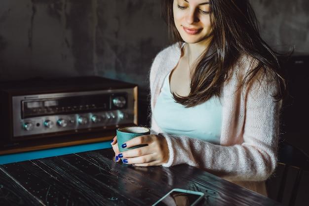 Dziewczyna w kawiarni ze smartfonem