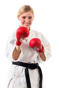 Dziewczyna w kimonie do karate i rękawic bokserskich