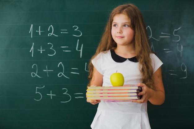 Dziewczyna w klasie matematyki odwracaj? c si ?.