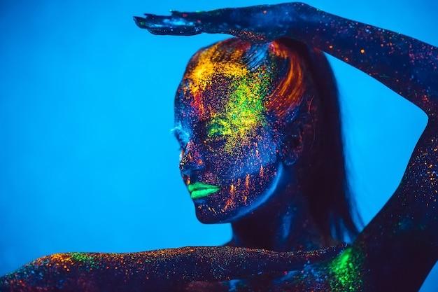 Dziewczyna w kolorze fluorescencyjnym proszkiem