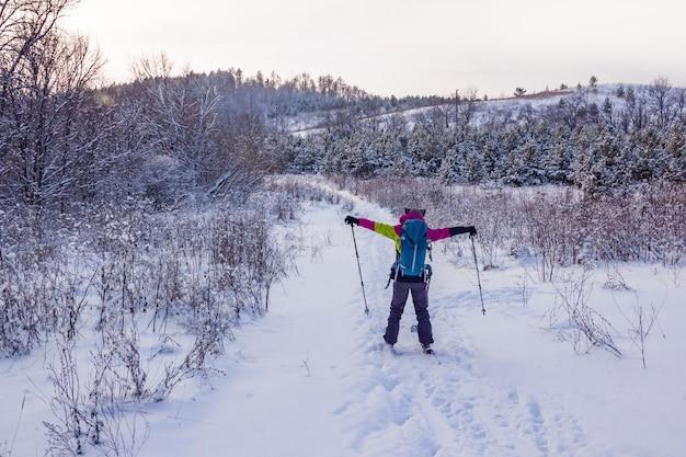 Dziewczyna w kombinezonie narciarskim na nartach