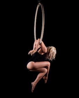 Dziewczyna w kręgu do akrobatyki lotniczej, równoważenia.