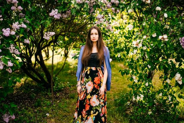 Dziewczyna w kwiecistej sukni w przyrodzie