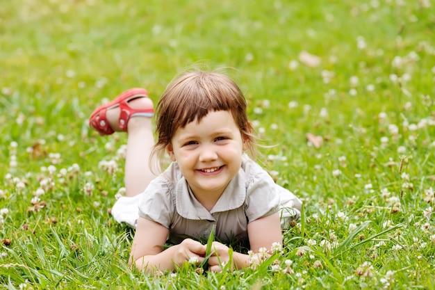 Dziewczyna w łące latem