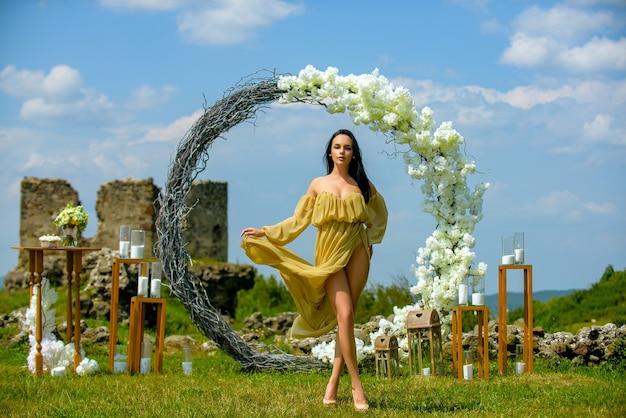 Dziewczyna w letniej sukience na świeżym powietrzu. kreatywny wystrój ślubu. księżniczka narzeczona elegancki, artystyczny portret. zmysłowe piękno na zewnątrz romantyczny stylowy modelka.
