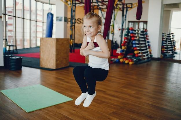 Dziewczyna w locie jogi