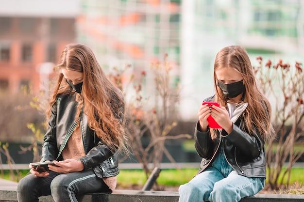 Dziewczyna w masce chroni przed koronawirusem