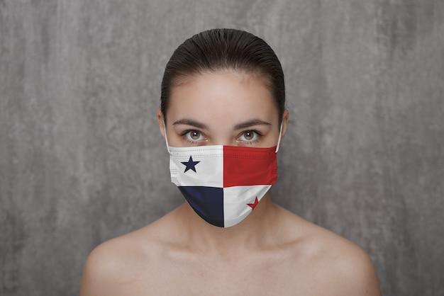 Dziewczyna w masce na twarzy z flagą państwa panamy