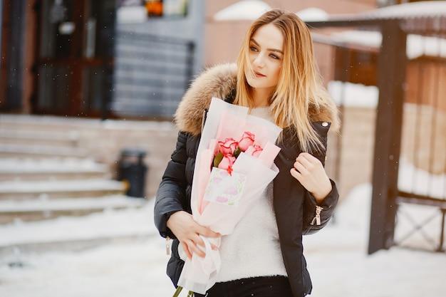Dziewczyna w mieście zimą