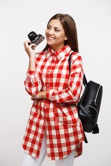 Dziewczyna w modny strój wiosenny i jesienny gotowy do podróży