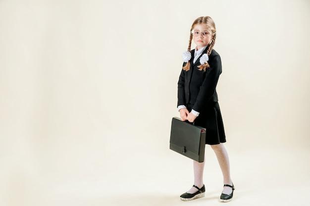 Dziewczyna w mundurek szkolny. uczennica myśli o nauce