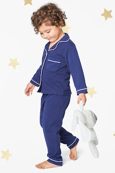 Dziewczyna w niebieskiej piżamie z pluszowym króliczkiem