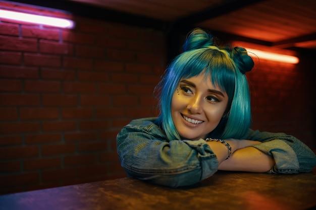 Dziewczyna w nocnym klubie słucha kogoś, siedząc przy stole