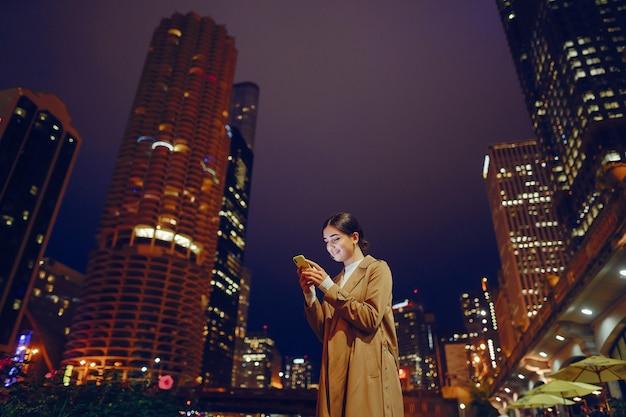 Dziewczyna w nocy z telefonu