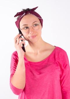 Dziewczyna w okularach i szaliku, fitness ze smartfonem, lubi trening sportowy, słuchanie muzyki, trening na siłowni