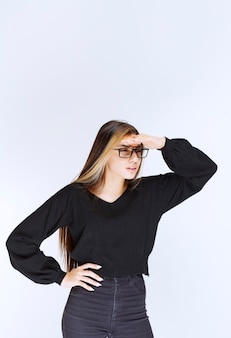 Dziewczyna W Okularach Kładzenie Ręki Na Czole Obserwować. Darmowe Zdjęcia