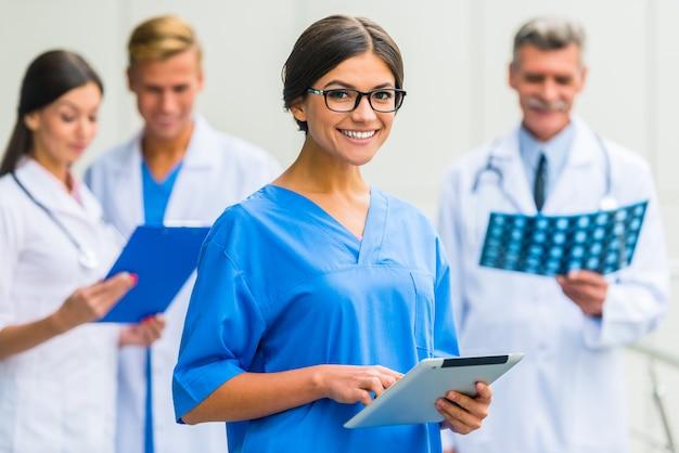 Dziewczyna w okularach lekarz stoi w klinice.