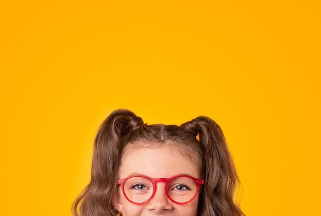 Dziewczyna w okularach patrząc na kamery