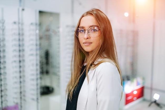 Dziewczyna w okularach. portret kobiety w okularach korekcyjnych. okulary w optyce. prezentowanie okularów.