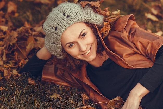 Dziewczyna w parku jesień