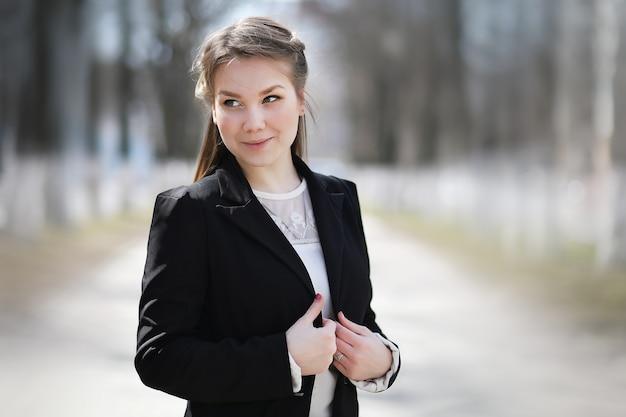 Dziewczyna w parku miejskim na spacer casualowe ubrania