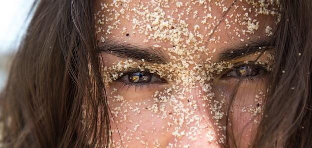 Dziewczyna w piasku