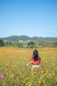 Dziewczyna w polu kwiat