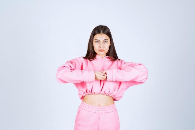 Dziewczyna w różowej piżamie daje niezadowolone i neutralne pozy
