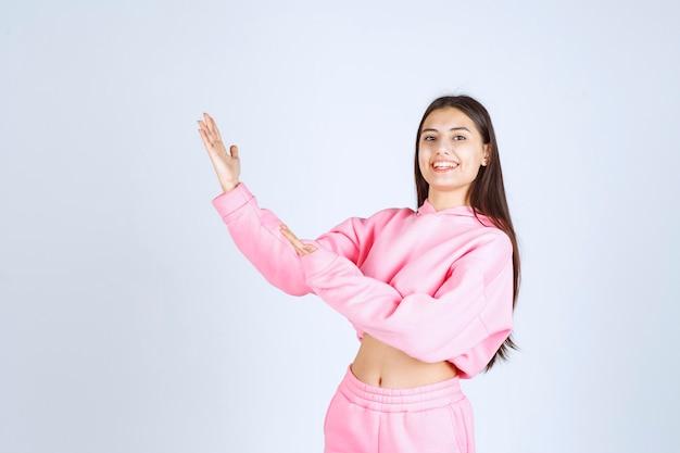 Dziewczyna w różowej piżamie skierowaną w górę