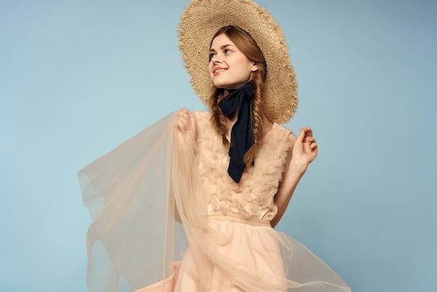Dziewczyna w różowej sukience gesty rękami, romans, modelka, zabawne emocje