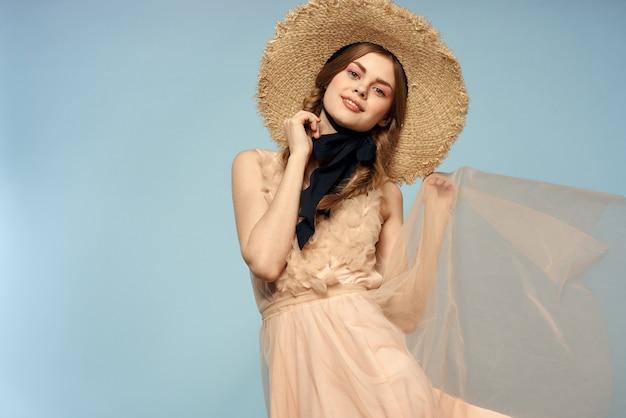 Dziewczyna w różowej sukience na niebiesko