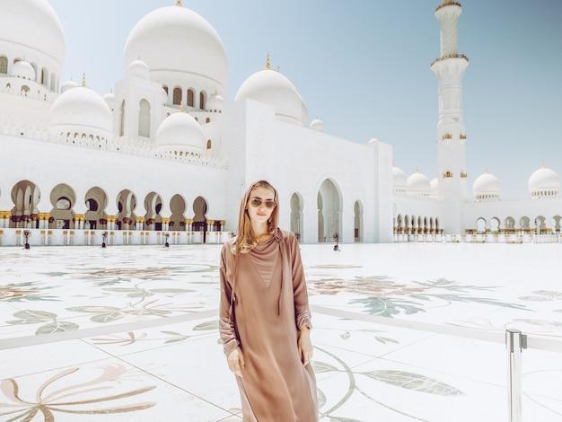 Dziewczyna w sheikh zayed meczet w abu dhabi