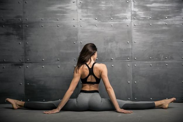 Dziewczyna w siłowni robi joga