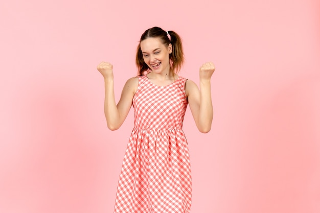 Dziewczyna w ślicznej jasnej sukience z podekscytowanym wyrazem na różowo