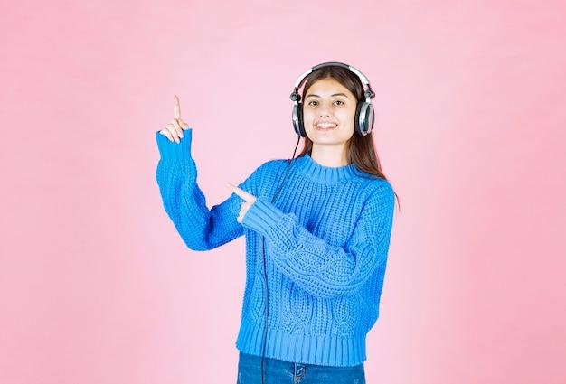 Dziewczyna w słuchawkach skierowana w górę na nk.