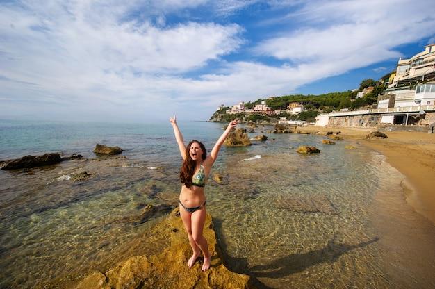 Dziewczyna w stroju kąpielowym na plaży w castiglioncello