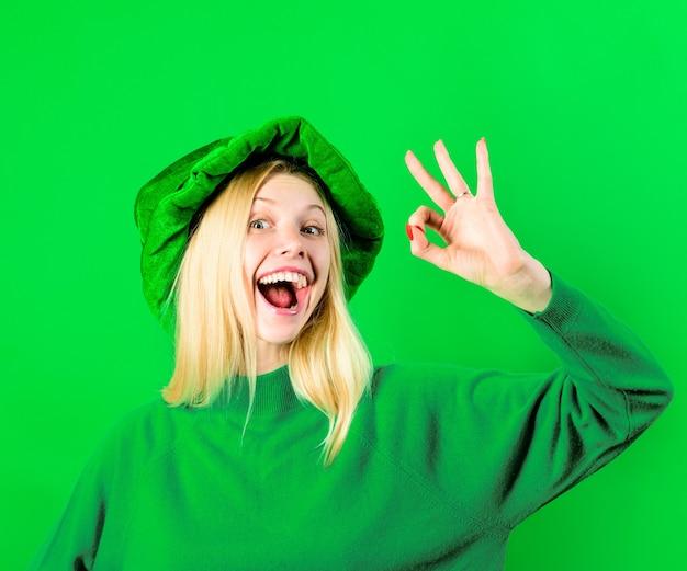 Dziewczyna w stroju krasnoludka pokaż znak ok krasnoludek zielony krasnoludek zielony kapelusz z świętą koniczyny