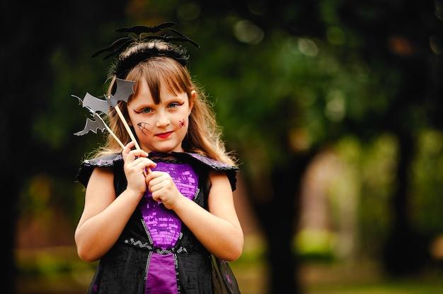 Dziewczyna w stroju nietoperza na halloween