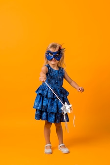 Dziewczyna w stroju wróżki z maską