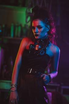 Dziewczyna w stylu cyberpunk z maską gazową i kostiumem steampunkowym. koncepcja postapokaliptycznego świata