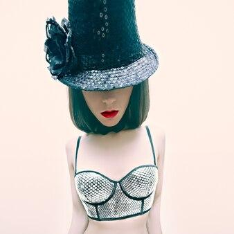 Dziewczyna w stylu kabaretowym w modzie sylwestrowej